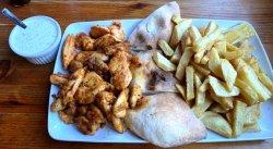 Gyros pui cu cartofi prăjiți & sos tzatziki & lipie carne pui, condimente, cartofi