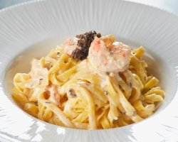 Fresh tagliatelle with shrimps, cognac reduction, truffles and garlic image