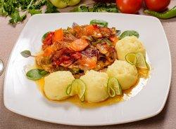 Friptura casei: cotlet de PORC cu legume caramelizate în gem de caise
