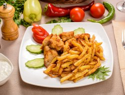 Gyros de pui cu cartofi prăjiți și sos tzatziki image