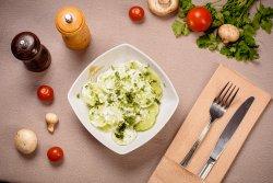 Salată de castraveți cu smântână și mărar image
