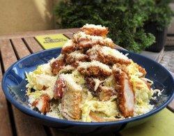 Salată Caesar cu pui crispy