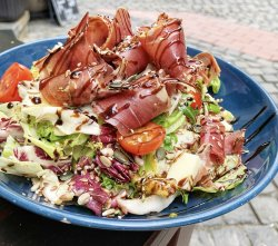 Salată cu prosciutto și mozzarella