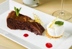 Tenerină de ciocolată cu înghețată de vanilie image