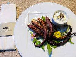 Caracatiță grill, cu sos de castraveți și mentă, muguri de micropante locale image