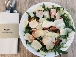 Salata de rucola,rosii cherry si parmezan image