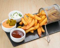 Cartofi prăjiți cu sos cheddar & jalapeno