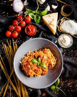 Spagheti al pomodoro (vegetariana)