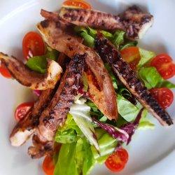 Tentacule de caracatiță la grătar, mix de salată image