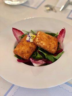 Telemea crocanta cu salata de spanac si sfecla image