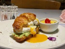 Croissant cu avocado și oua poșate image