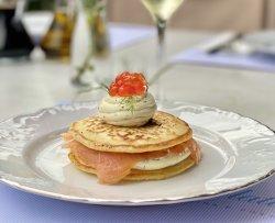 Pancakes cu cremă de brânză, somon și caviar de somon sălbatic image