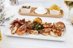 Platou de fructe de mare pe grătar (caracatiță, baby calamari și creveți) image