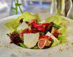 Salată cu brânză de capră și smochine proaspete image
