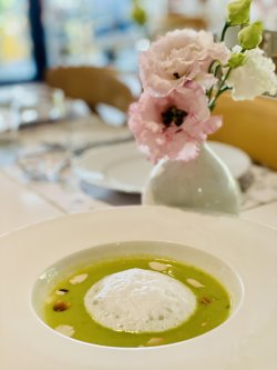 Supă-cremă de sparanghel și broccoli, cu spumă de migdale image