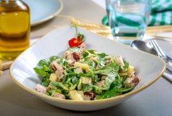 Salată de curcan, valeriană, roșii uscate, raclette, sos de muștar image