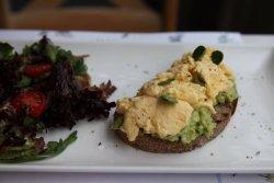 Toast cu avocado si oua scrambled image