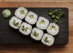 Maki cu castravete și brânză / Maki with cucumber and cheese image