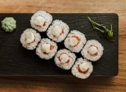 Maki cu somon și ceapă albă / Maki with salmon and white onion image