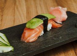 Nigiri de somon & avocado / Nigiri salmon & avocado image