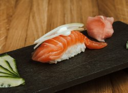 Nigiri de somon & maioneză & ceapă / Nigiri salmon & mayo & onion image