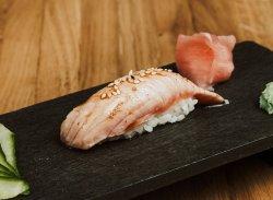 Nigiri de somon prăjit & sos teriyaki & susan / Nigiri fried salmon & teriyaki & sesame image