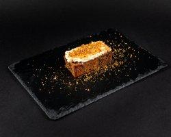 Carrot cake și sos de ciocolată albă image