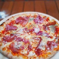 Pizza con prosciutto e formaggio image