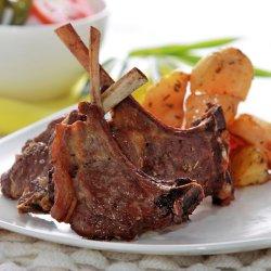 Cotlete de berbecuț la grătar servite cu cartofi la cuptor /Costolette di agnelo alla griglia con patate al forno image