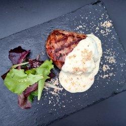 Mușchi de vițel cu sos de brânză și nuci/ cu trei feluri de piper / Filetto di manzo con salsa di formaggioe noci / ai tre tipi di pepe image