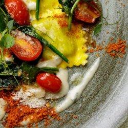 Ravioli con spinachi ricotta e pomodorini image