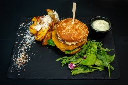 Cheeseburger cu cartofi wedges si sos cocktail image