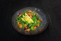 Salată cu somon, fructe și nucă image