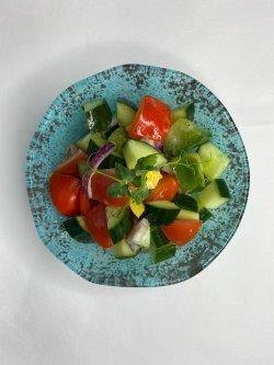 Salată de roșii, castraveti, ceapa rosie si ardei gras image