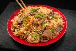 Tăiței de orez cu carne de vită