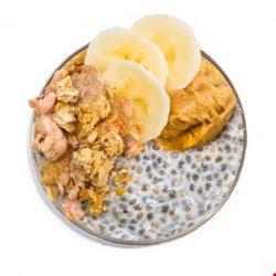Budinca de chia cu piersici, musli crunch și fulgi de migdale