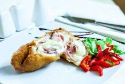 Ruladă de pui cu mozzarella și ciuperci image
