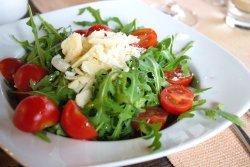 Salată de rucola cu roșii și parmezan image