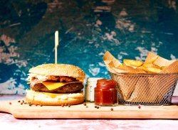 Bacon cheeseburger cu cartofi prăjiți image