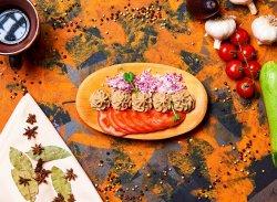 Salată de vinete cu roșii și pâine prăjită image