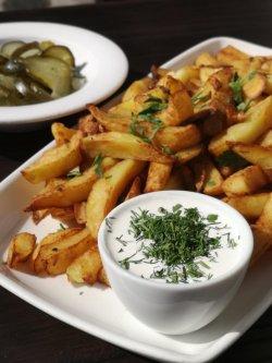 Cartofi prăjiți cu sos de smântână și usturoi image