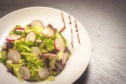 Salată verde cu ridichi