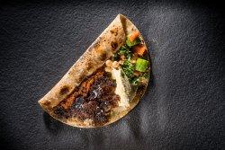 Kebab de curcan cu vită, hummus și tabouleh image