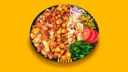 Kebab clasic de pui cu salate la farfurie image