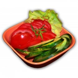 Salată de roșii și castraveți image