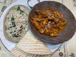 Curry sud-african de pui și creveți cu orez și sos raita image