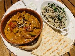 Curry sud-african vegetarian cu orez și sos raita image