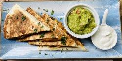 Quesadilla cu pui, fasole roșie și cheddar servită cu guacamole și smântână image
