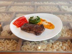 Vrabioara de vita la cuptor cu piure de morcov și spanac servita cu ardei copt image