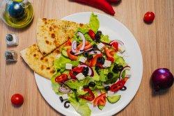 Salată cu brânză și măsline image